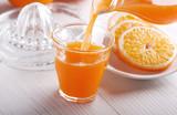 Fotoroleta succo di arancia versato nel bicchiere di vetro