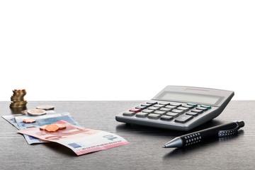Taschenrechner Stift Euroscheine auf Tisch