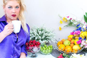 Blonde Frau trinkt Kaffee