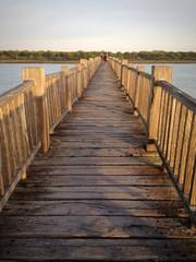Puente de madera sobre río