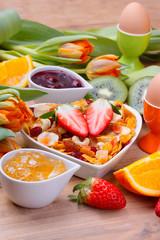 Süßes Frühstück mit Liebe serviert