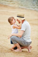 Alleinerziehender Vater mit Tochter am Strand