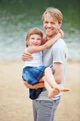Vater trägt Tochter im Urlaub