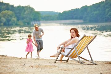 Familie macht Strandurlaub im Sommer