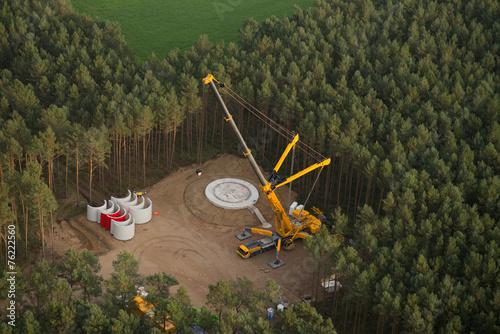Leinwanddruck Bild Windrad Baustelle im Wald - Luftbild