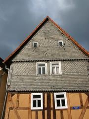 Schiefes altes Bauernhaus in Salzböden bei Lollar in Hessen
