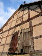 Fachwerk einer alten Scheune im Hofgut Richerode in Hessen
