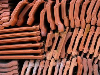 Gestapelte Dachziegel aus rotem Ton im Hofgut Richerode