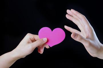 ピンクのハートを持っている手