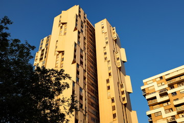 Immeuble ocre ciel bleu