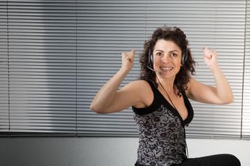Femme heureuse mains levées au bureau
