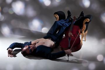 Musiker spielt Cello bis zum Umfallen und Erschöpfung