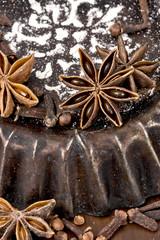 alte Backformen mit Gewürzen für Weihnachtsgebäck
