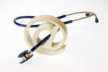e-Mail Zeichen und Stethoskop