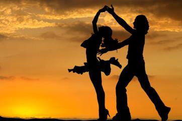 danseurs de salsa sur fond de coucher de soleil