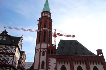 Alte Nikolaikirche Römerberg mit Baukran im Hintergrund