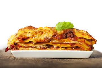 Lasagne auf einem weißen Teller