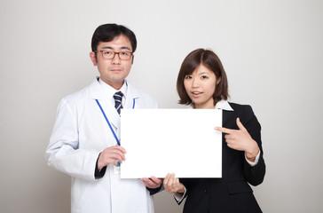 ドクターと医療事務の女性
