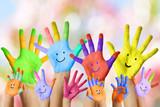 lustige lachende bunt bemalte Kinderhände