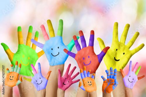 Leinwanddruck Bild lustige lachende bunt bemalte Kinderhände