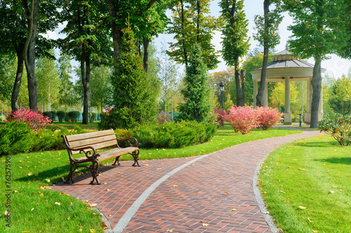 Foto op Canvas Tuin Beautiful park with bench