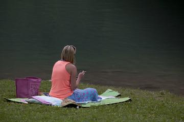 donna fuma seduta sulla riva