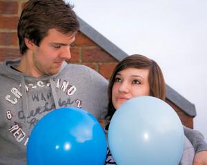 Junges Paar mit Luftballons