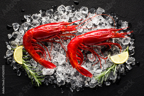 Deurstickers Schaaldieren Fresh big red shrimp on ice on a black stone table top view