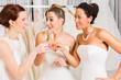 Bräute trinken Sekt im Brautmodengeschäft