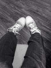 ноги в ботинках с шнурками