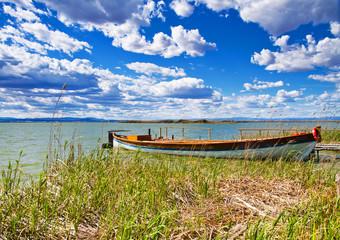 barca en la orilla del rio