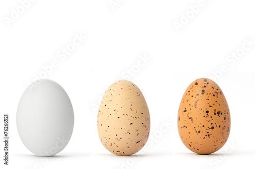 Eier mit verschiedener natürlicher Färbung auf weiß isoliert - 76266521