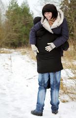 держит женщину на плече