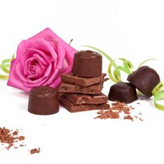 Шоколад и конфеты на белом фоне