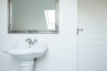 Washbasin and mirror
