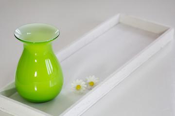 Vase auf weißem Holztablett