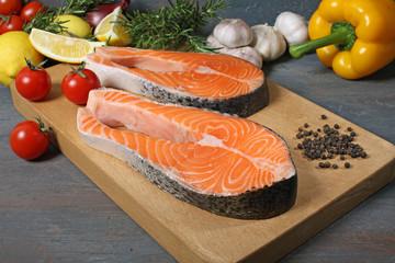 salmone fresco sfondo grigio