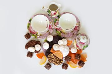 Много печенья и чайный сервиз
