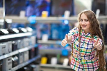 Девушка в магазине телевизоров и ноутбуков