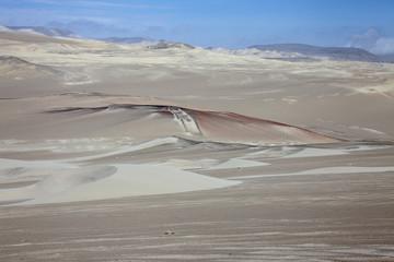 Perù: Riserva di Paracas, il deserto. Colori e grigi.