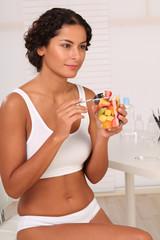 Frau isst Obst