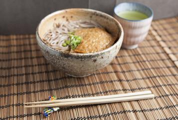 Kitsune soba, japanische Buchweizen Nudeln mit Tofu