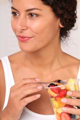 Frau am Früchte essen