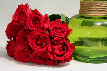 Букет роз и зеленая ваза,  красные цветы