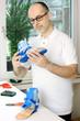 Orthopädietechniker fertigt Orthese in Werkstatt