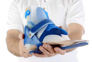 Orthopädietechniker zeigt Orthese