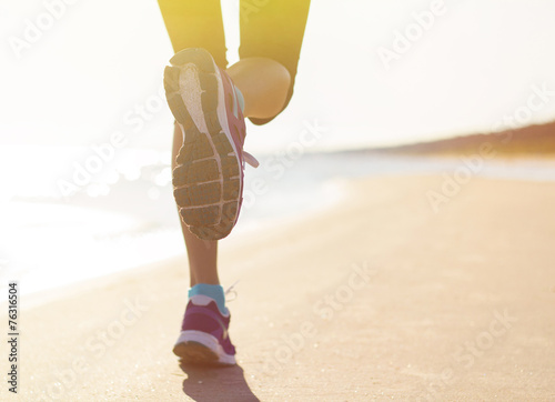 Running on the beach - 76316504