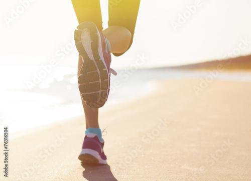 Running on the beach - 76316504
