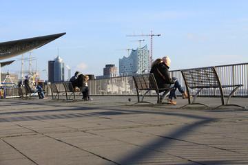 Touristen im Hafen Hamburg