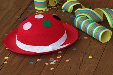 Karnevalshut mit Luftschlangen